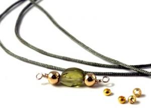 grøn zirkon med forgyldte perler