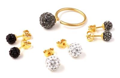 fingerringe og ørestikkere med krystalbesatte perler