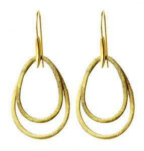 øreringe med forgyldte dråbe ringe