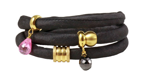silkearmbånd i sort med forgyldte charms