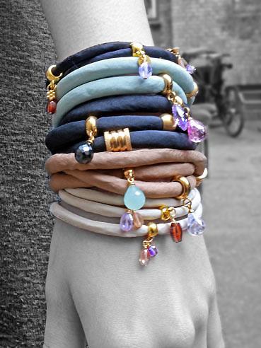 Armbånd med silkebånd og charms